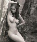 девушка-черно-белое-брюнетка-сиськи-630592.jpeg