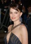 36716_Natalie_Portman___sexy_see_thru_evening_gown___092008___002_122_693lo.jpg